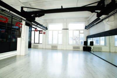 белый танцевальный зал